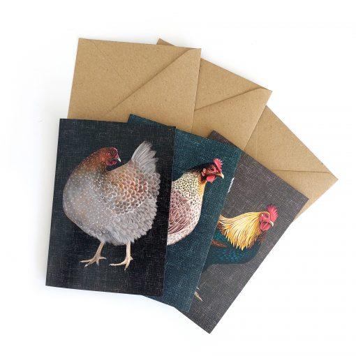 Produktfoto. drei Klappkarten mit Umschlägen. Mit Hühnermotiv.